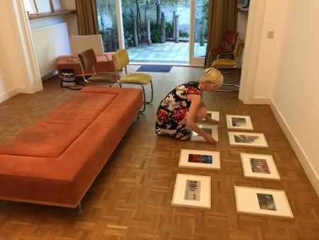 Jet Altenburg schikt haar collages alvorens ze op de muur te hangen