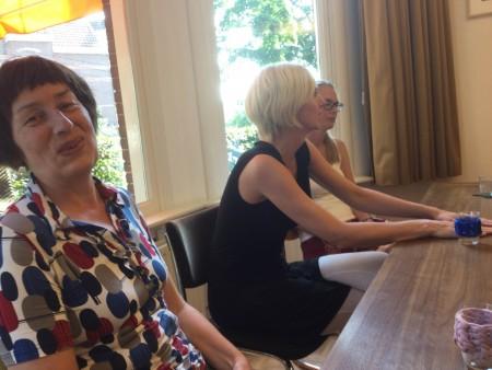 Loes, Jet en Petra tijdens het kunstenaarsgesprek