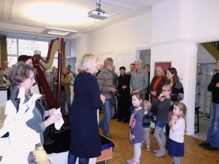 Belangstelling van jong tot oud voor de opening van de expositie