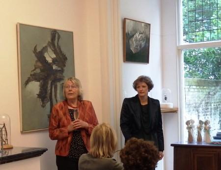 Jose van Loon luistert naar galeriehoudster Joke van Doorne