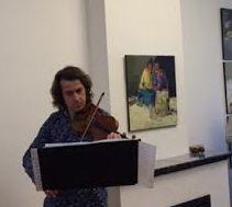 Harmen Lucas speelt viool bij de opening van de expositie van Ahmed Kleige